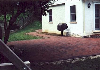 Brick patio & walk.jpg (32953 bytes)