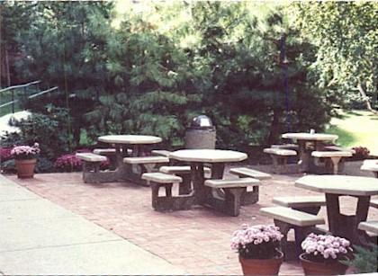 Cafeteria brick patio & landscap.jpg (48527 bytes)