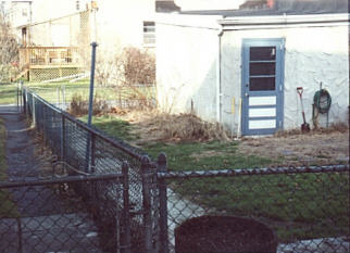 Small backyard patio & landscapeBefore.jpg (19807 bytes)
