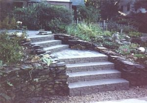 Wall stone steps with landing.jpg (46131 bytes)